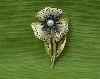 Delicate vintage goldlike flowershape brooche with 3 petals and pearllike centre.