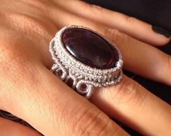 Macramè ring with amethyst.