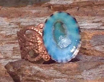 Shell from the caribbean with a natural crystal on an adjustable copper ring.