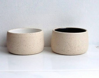 Pair of salt and pepper 'pinch pots' in black/white