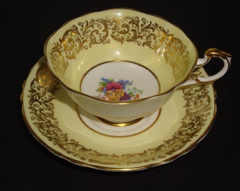 DW Paragon England Foral Spray and Gold Filigree on Pastel Yellow ~ Pattern A366/2