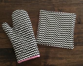 Oven Mitt and Pot Holder Set-Black/White Chevron with Pink