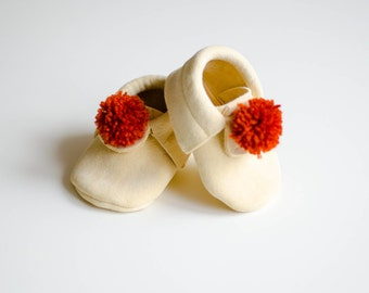Natural chamois leather moccasins for baby, pompon, ore, baby shoes, first shoes