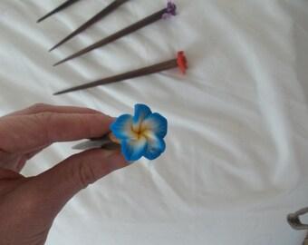 Pic à cheveu bois avec fleur tropicale bleue Wood hairstick with blue tropical flower