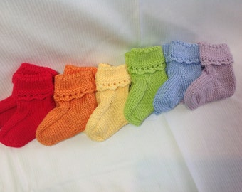 Baby booties in rainbow colours with scalloped cuff