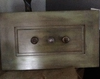 Plaque with hooks or knobs