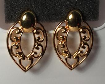 Vintage Earrings large gold tone clip on earrings. Beautiful!