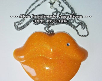 Resin necklace ' kiss '