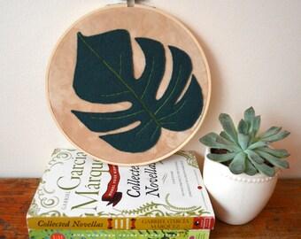 Monstera leaf embroidery hoop art - Botanical style wall décor - Textile art.