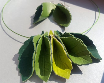 Green leaf jewelry set in leatherette