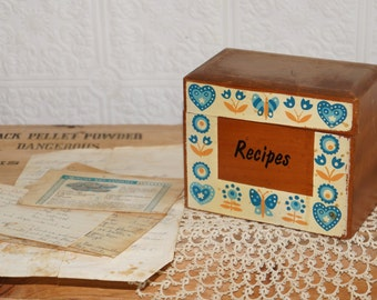 Vintage wooden recipes box, has some  recipes in it   6  recipes were in the box