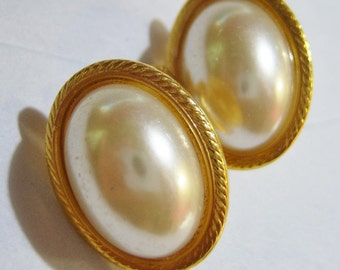 vintage Napier gold tone oval screw on screw back clip on (combo) earrings with white oval center