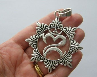 1 Chakra flower pendant antique silver tone I101