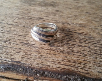 Modern sterling silver ring - size 6