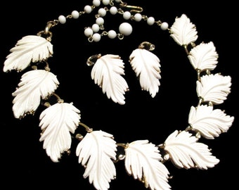 Vintage LISNER White THERMOSET PLASTIC Linked Leaves Necklace and Earrings Leaf Set 1950's