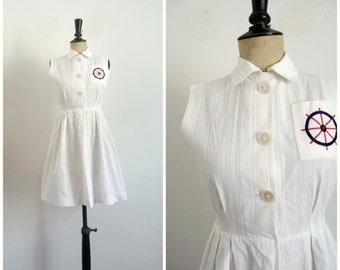 Vintage Années 50 Robe Courte En Coton Brodé Blanc Motif Marin sur la Poitrine / Taille XS-S