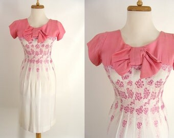 original vintage 60s Wiggle Dress. Pink and White Embroidered Sexy Curvy Hourglass Dress. Bombshell Rockabilly Pinup Mad Men Costume XS 0 2