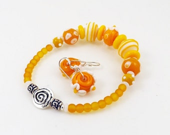 Summer Yellow Glass Bead Stretch Bracelet Set, Boho Bracelet with Yellow and White Floral Lampwork Beads, Gift for Her, Faux Clasp