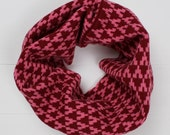 Knitted cowl in pink and red lambswool – infinity scarf – geometric design – Christmas gift – made in Great Britain