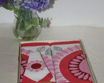 NIB Mid Century 2 Placemats 1 Napkin Indanthren Pink Burgundy Flower Pattern  in Original Box