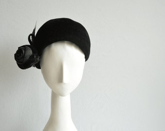 Vintage 50s Wool Hat / 1950s Black Wool Felt Novelty Cloche Cap with Velvet Rose and Feather