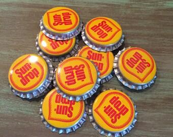 Bottle Caps / 10 Vintage Bottle Caps Sun-drop Soda Yellow Red Bottle Caps