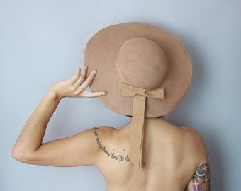1970s Brimmed hat | vintage 70s camel wide brim hat with grosgrain bow