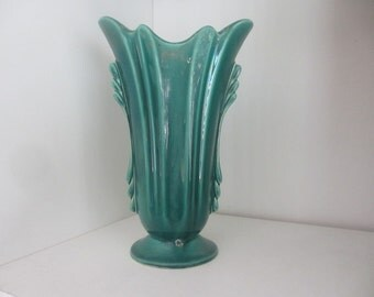 Beautiful vintage green vase 8 1/2 inches tall