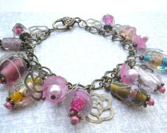 Rosa Rosen - Bettelarmband - süßes Armband mit Rosenmotiven und rosa Lampworkbeads bronze