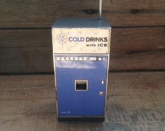 vintage portable radio / am/fm radio / transistor radio / kitsch collectible