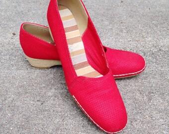 Vintage 60s Red Espadrille Wedges, 1960s Red Canvas Heels, Retro Wedges, Ladiee Size 8 Red Heels, Red Canvas Espadrille, Vintage Slip-ons