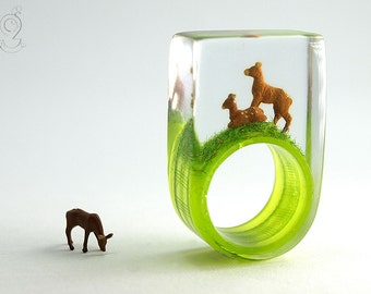 Wood ease – Rustic roe deers ring with two brown miniature roe deers on a green and white checkered ring made of resin