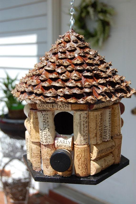 Pine cone roof wine cork bird house - Fabriquer une maison a insecte ...