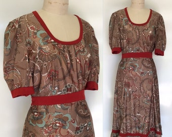 PAISLEY PERFECTION Vintage 70s Short Sleeve Poly Jersey Print Dress in Rust, Brown and Aqua. Size L.