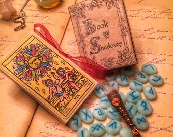 Kit della Strega: mini Grimorio, mini Rune, mini Tarocchi, mini Bacchetta