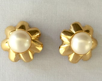 Vintage F.O. Inc. Faux Mabe Pearl Gold Tone Clip Earrings - Gift, Bride, Wedding, Mother of the Bride, Bridesmaids, Flower. Fluted Edges