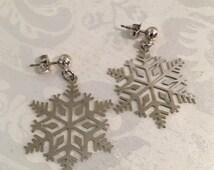 Vintage Avon Silver Tone Snowflake Dangle Pierced Earrings Costume Jewelry