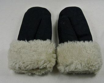 Fluffy black mittens small (20cm / 8.5cm)