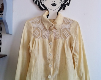 SALE! 70s pale yellow buttoned blouse with beautiful crochet / xsmall - small