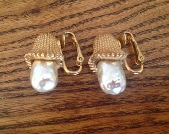Sarah Coventry Baroque Pearl and Gold Toned Metal Earrings 0573