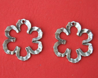 7/6 MADE in EUROPE 2 wavy flower charms, silver wavy flower frames (X4620AS) Qty2