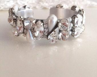 Crystal and Pearls cuff bracelet, bridal Rhinestone cuff bracelet, sparkling Wedding bracelet, Wedding cuff Accessory