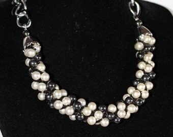 Torchon necklace with white and black pearls