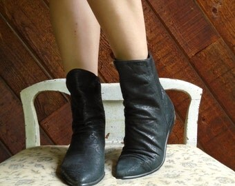 Black Leather Pointed Toe Elf Ankle Booties Boots - Vintage 80s - 5.5