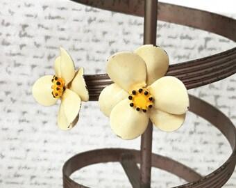 Cream Flower Earrings, Vintage Flower Clip On Earrings, Flower Earrings, Off White Earrings, Cream Flowers Off White Jewelry, Daisy Earrings
