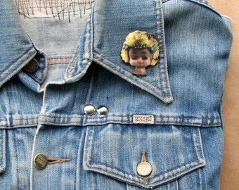 yellow haired girl creepy doll head pin . doll head brooch pin . retro ugly doll tie tack . wooden jewelry