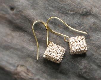 Mini SQUARE Gold & Sliver CROCHET EARRINGS—Free Shipping—Bridal Drop Earrings, Cube Plated [Boucles Carré plaqué—Pendientes Cubo ganchillo]