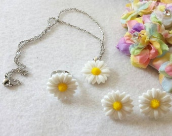 White Large Daisy Set of Necklace, Earrings and Ring