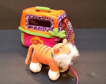Groovy Girls - Cat Carrier and Cat with Leash - Excellent Condition!