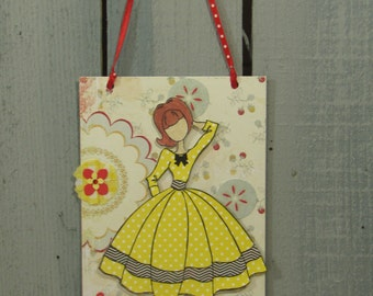 Wall Hanging Plaque Gift Tag Party Decor Julie Nutting Doll Live Laugh Love